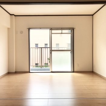 次は左側の洋室。フラットで使いやすい空間です!
