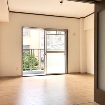 右側の洋室。南向きで優しい光が入ります