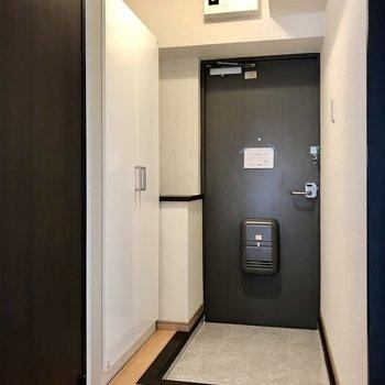 玄関は段差が低めなので転ける心配もありません、笑 玄関横の棚が便利そう!