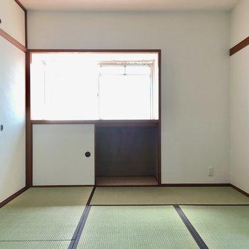 こちらは6畳和室。窓は出窓になっています。