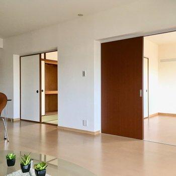 右側のドアが洋室6帖。左側のドアが和室6畳。(※写真はモデルルームです)