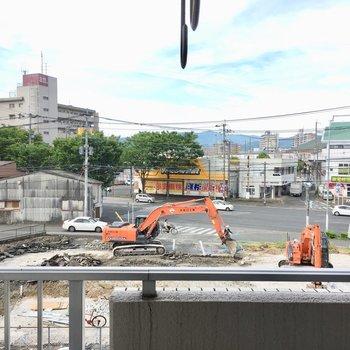 大通りが見えますね。丁度目の前は工事中でした・・・