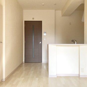 左の棚は食器棚にちょうどいいんじゃない?※写真は3階の同間取り別部屋のものです