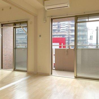 洋室側の掃き出し窓の枠に沿って、部屋干し用フックが備わっています。※写真は3階の同間取り別部屋のものです
