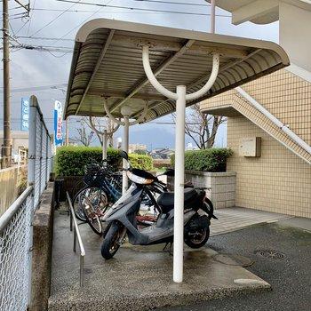 駐輪場は屋根付き。