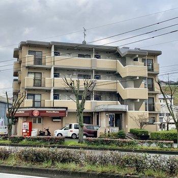 福岡東環状線沿い。1階にはお弁当屋。