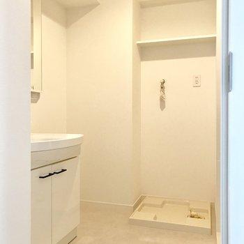 脱衣所に洗濯機を置けます。※写真は5階の反転間取り別部屋のものです