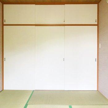 【和室】窓から。右扉はDKへ、左の扉は、