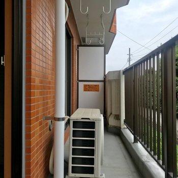 バルコニーは洋室6帖と和室を繋ぎます