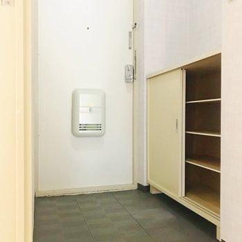 玄関。靴箱は引き戸タイプ