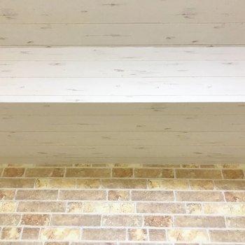 【おまけ洋室5帖】レンガ調壁面と天井のコンビ