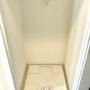 洗濯パンは冷蔵庫スペースの裏側です。