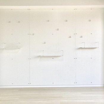 壁一面にフックがかけれます。