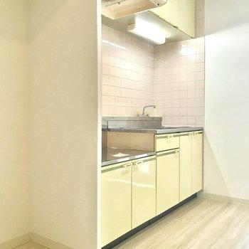 左に冷蔵庫を置くスペースがあります。
