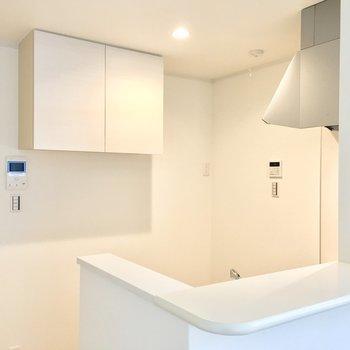 真っ白なキッチンはゆったりと。