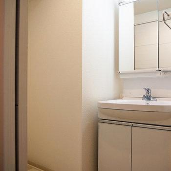 シンプルで使い勝手のよい洗面台。※反転間取り別部屋の写真です。