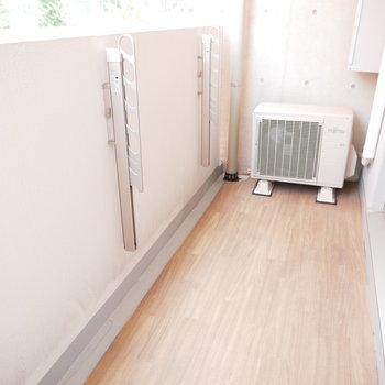 広めのバルコニー。木目の床がめずらしい!※反転間取り別部屋の写真です。