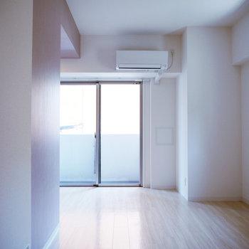 明るいスッキリした室内。※反転間取り別部屋の写真です。