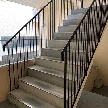 お部屋まではこの階段をのぼってくださいね。