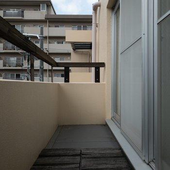 2階】ベランダの端っこまでウッドパネルを置いたら雰囲気が良くなりそう♪