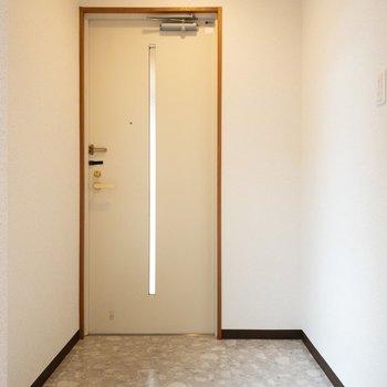 大きめの傘立てを置いてもまだスペースに余裕がありそうな玄関。