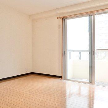 洋室2】大きな窓が気持ちいい◎