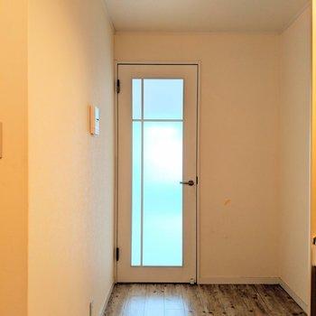 キッチンスペースが結構広めで嬉しい(※写真は2階の同間取り別部屋、清掃前のものです)