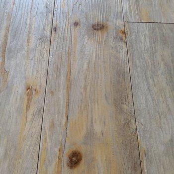リアルな木目柄の床!(※写真は2階の同間取り別部屋、清掃前のものです)