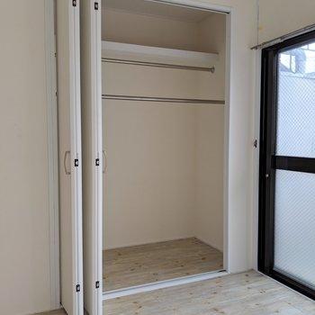 クローゼットのドアは右左自在に動かせるよ(※写真は2階の同間取り別部屋、清掃前のものです)