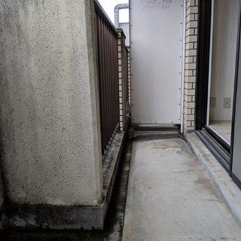 左右出幅の違うバルコニー(※写真は2階の同間取り別部屋、清掃前のものです)