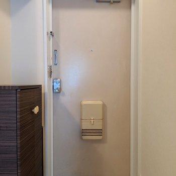 プレーンなホワイトドア♪(※写真は2階の同間取り別部屋、清掃前のものです)