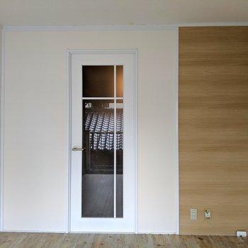 アシンメトリーなドアがヨーロピアンな雰囲気(※写真は2階の同間取り別部屋、清掃前のものです)