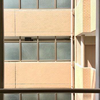 窓の先はお隣の共用廊下。でも、見えない造りだから、開けっ放しでもOK。