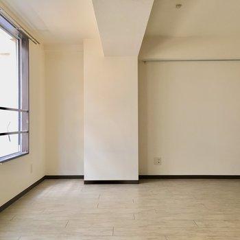 こちらは6帖の洋室。真ん中にはテレビ線もあります。(※写真は清掃前のものです)