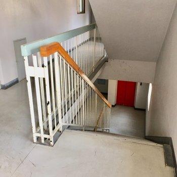 この階段、学校を思い出しませんか?