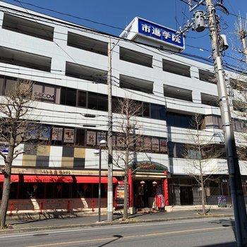 1階には料理屋さん、2・3階には学習塾があるがっちりしたビルです
