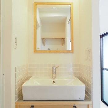 【イメージ】洗面台はタイルと木枠がポイント◎