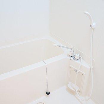 お風呂は真っ白!清潔感が凄い。