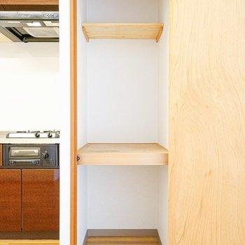 リビング収納はキッチン横。普段使わないものはココに!