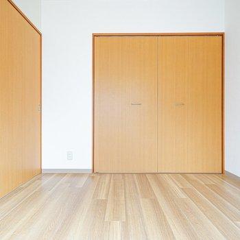 洋室も同じ床材で統一。こちらは寝室かなぁ。