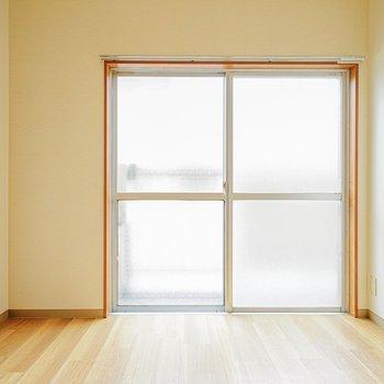 窓際にベッドを置けば、気持ち良い朝日で起きられそう。