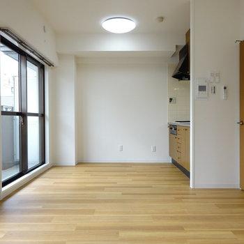 白壁と木目がマッチしてます◎ (※写真は別部屋、前回募集時のものです。)