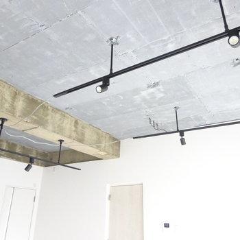 黒のライティングレールとコンクリ天井がかっこいい〜