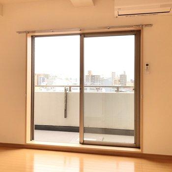 【洋室①】LDKから行ける約6.1帖の洋室へ。