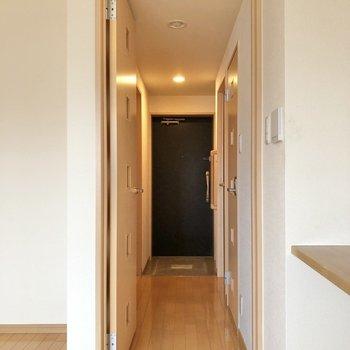 廊下は一直線に伸びています。
