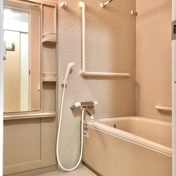 お風呂には手すり付きで入りやすそうです。