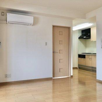 【LDK】ドアは洋室へと繋がっています。