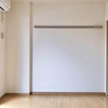 【洋室①】壁にあるフックには時計や絵画、お洋服を掛けてもいいですね。