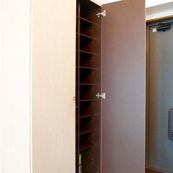 玄関の手前に収納ボックスがあります。