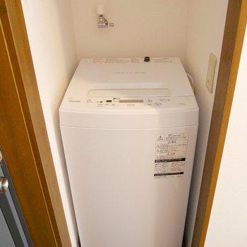 玄関横のスペースに備え付けの洗濯機が。嬉しいですね。